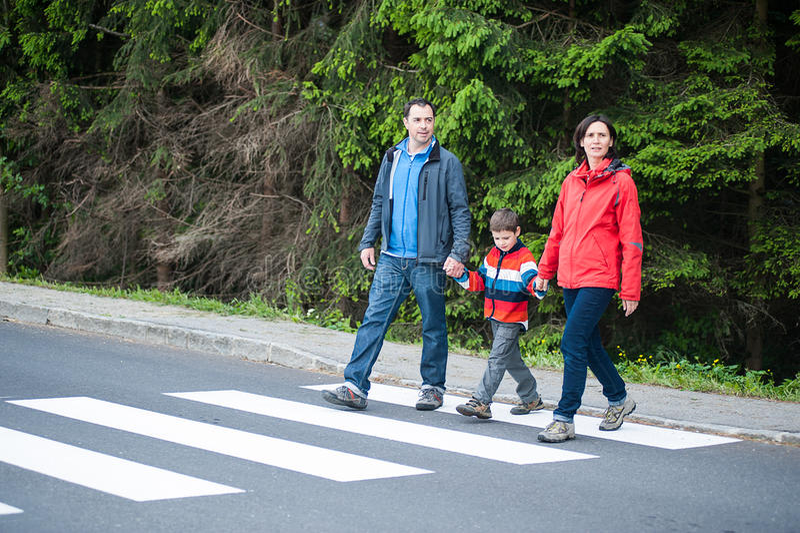 Rodzina krzyżuje drogę obrazy royalty free