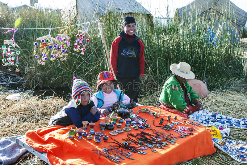 Rodzina który żyje na spławowych trzcinowych wyspach Uros na Jeziornym Titicaca w Peru zdjęcia royalty free