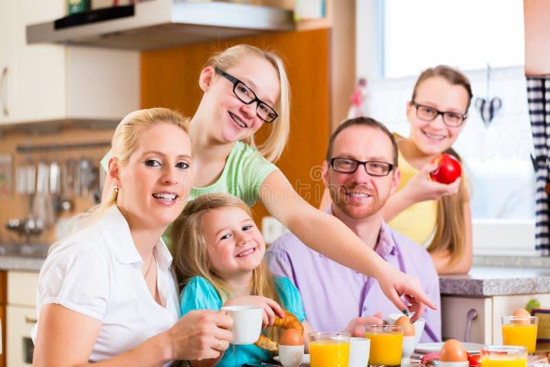 Rodzina ma łącznego śniadanie w kuchni fotografia stock
