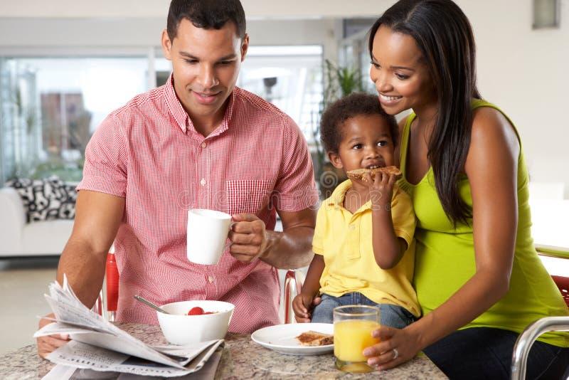 Rodzina Ma śniadanie W kuchni Wpólnie obrazy stock
