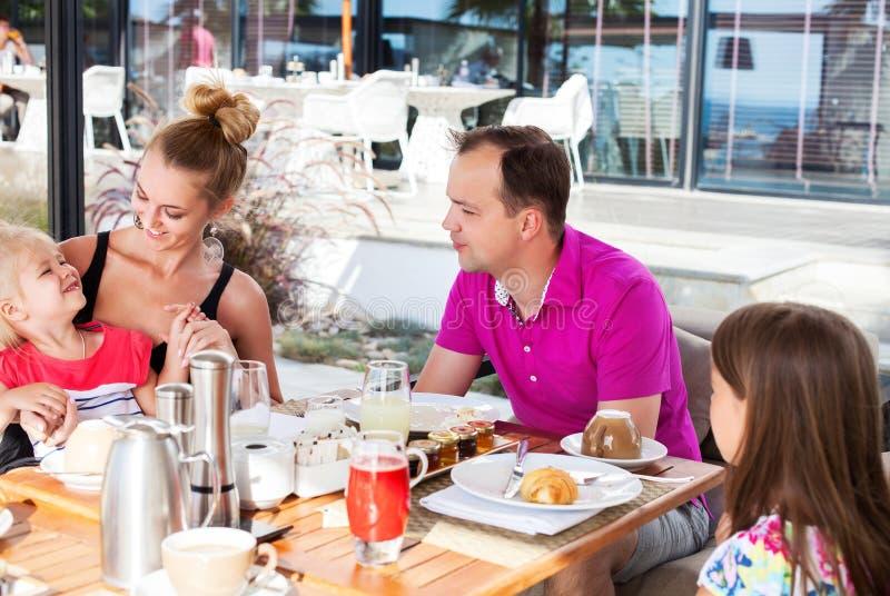 Rodzina ma śniadanio-lunch outside na słonecznym dniu zdjęcie royalty free