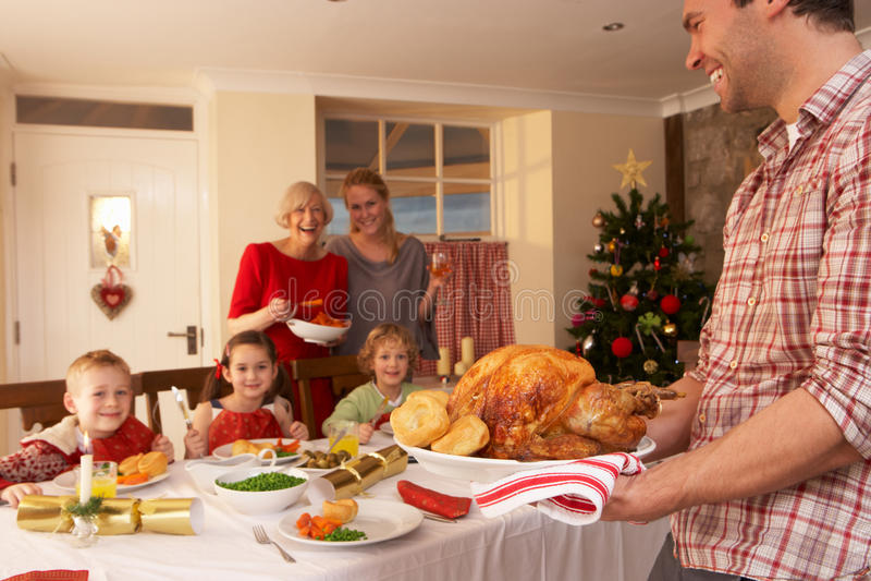Rodzina ma Bożenarodzeniowego gość restauracji zdjęcie royalty free