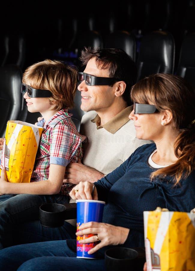 Rodzina Ma przekąski Podczas gdy Oglądający 3D film zdjęcia stock