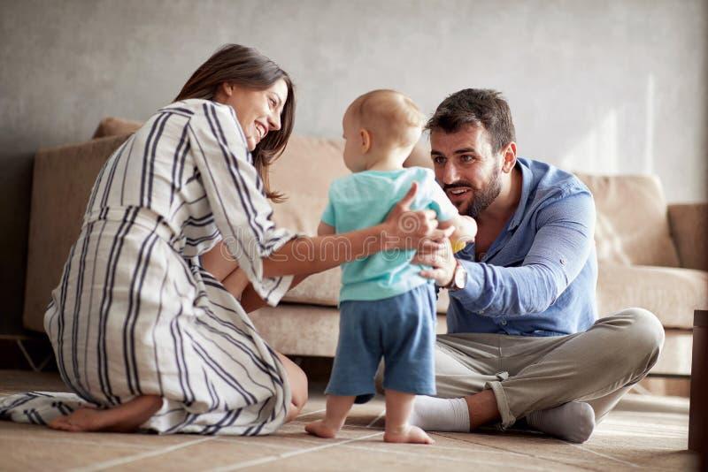 Rodzina ma zabawę bawić się z dzieckiem w domu zdjęcia stock