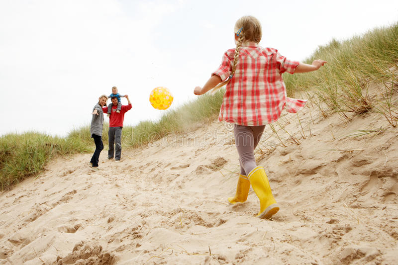 Rodzina ma zabawę na plaży wakacje zdjęcia royalty free