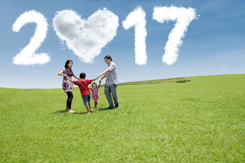 Rodzina ma zabawę przy polem z 2017 obraz stock
