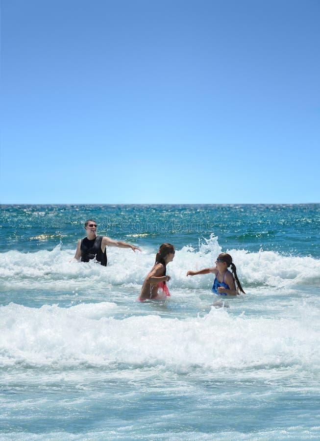 Rodzina ma zabawę w pięknym oceanie zdjęcie stock