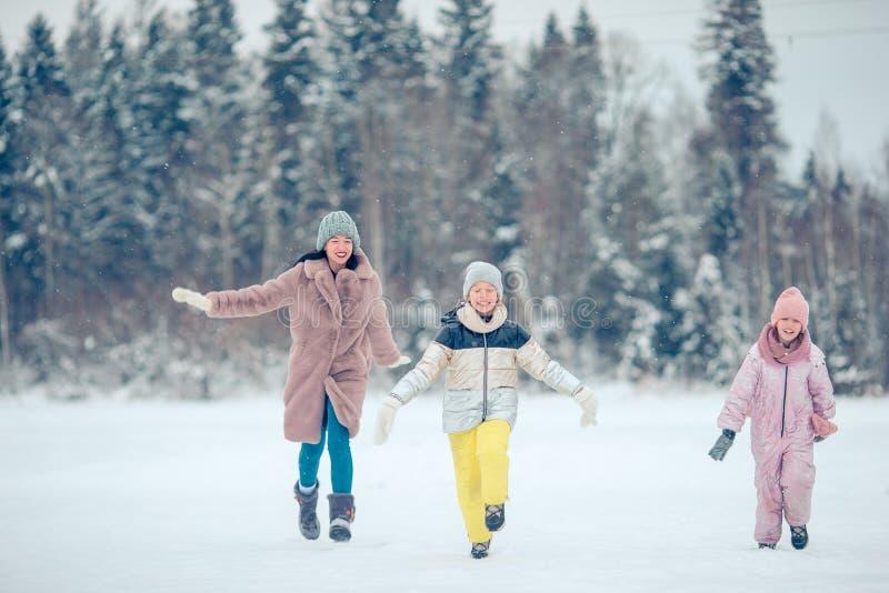 Rodzina mama i dzieciaki być na wakacjach na wigilii outdoors zdjęcia royalty free