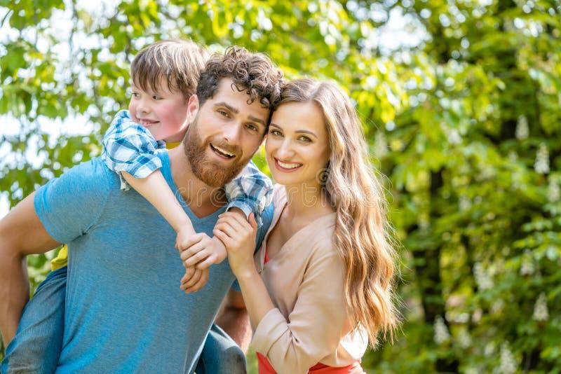 Rodzina matka, ojciec i syn w figlarnie nastroju, zdjęcia royalty free