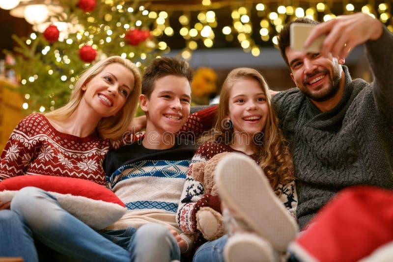 Rodzina na Bożenarodzeniowym wakacyjnym robi selfie wpólnie fotografia stock