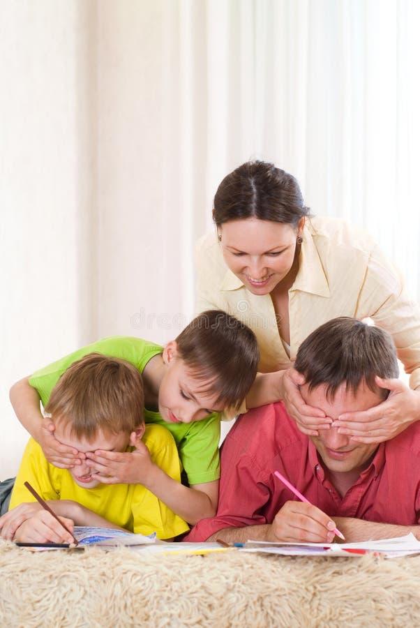 Rodzina na dywanie zdjęcia stock