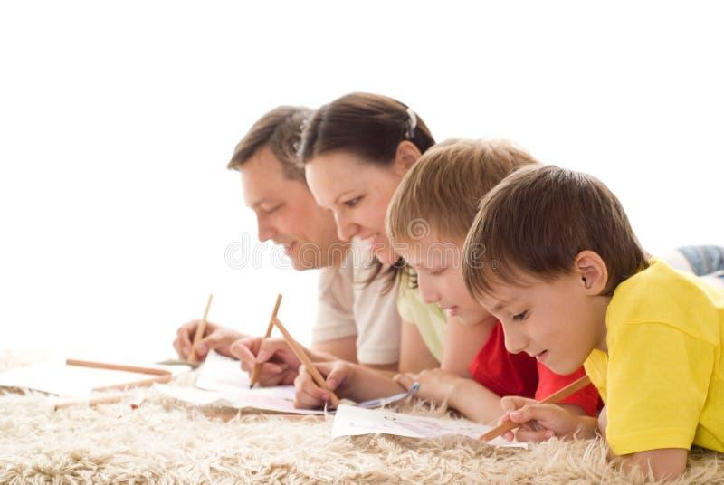 Rodzina na dywanie fotografia stock