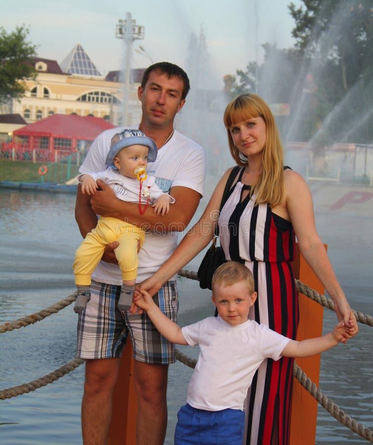 Rodzina na fontannie zdjęcia royalty free