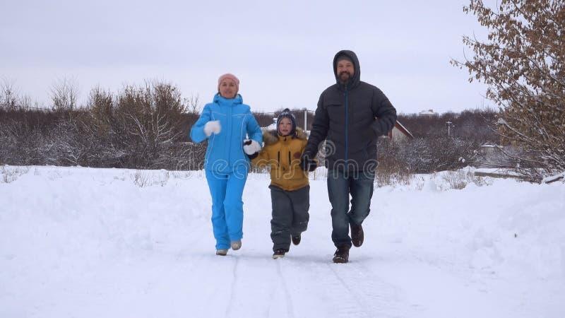 Rodzina na kraju bieg spacerze w zimie obraz royalty free