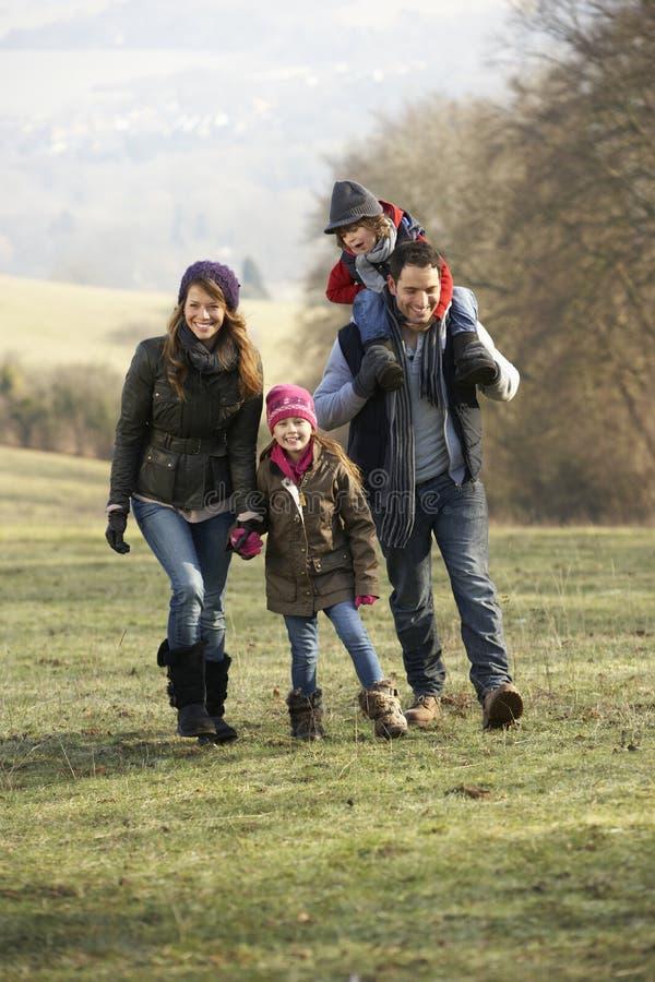 Rodzina na kraju spacerze w zimie zdjęcie royalty free