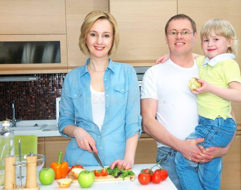 Rodzina na kuchni obraz stock