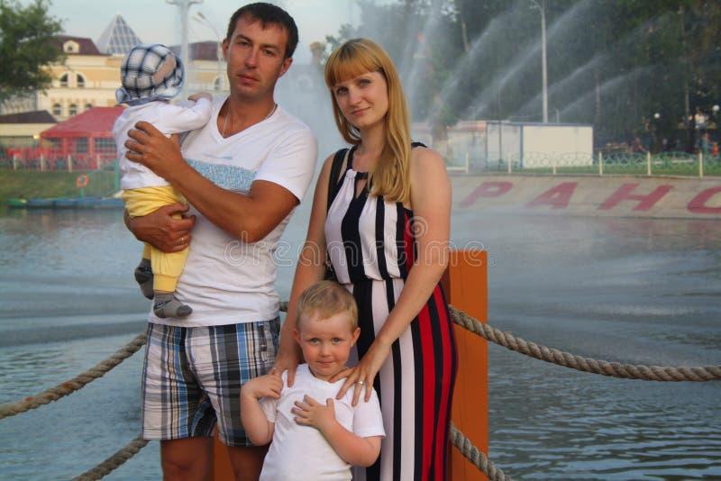 Rodzina na miastowym krajobrazie zdjęcie stock