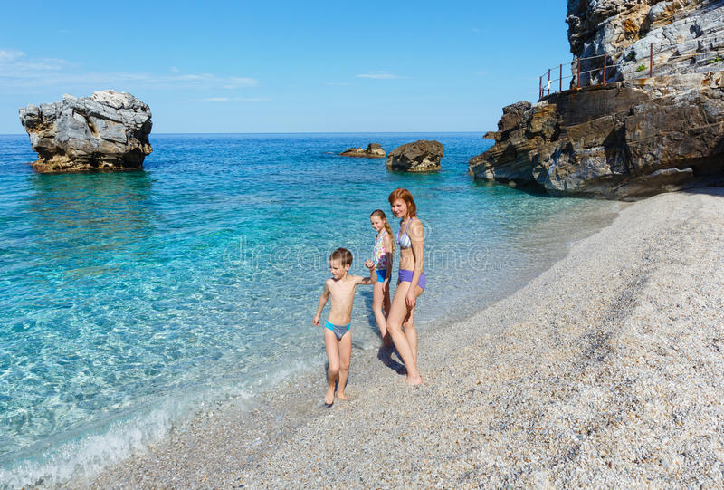 Rodzina na Mylopotamos plaży (Grecja) zdjęcia royalty free
