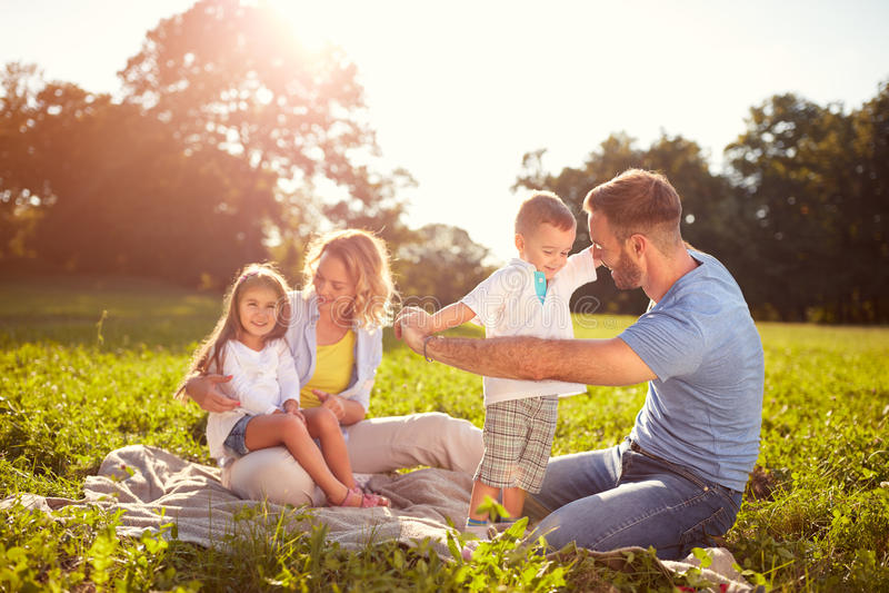 Rodzina na pinkinie w parku fotografia stock