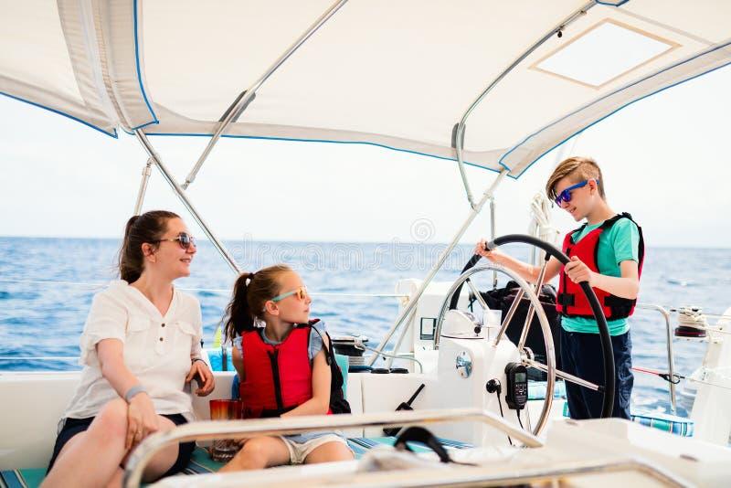 Rodzina na pokładzie żeglowanie jachtu zdjęcia royalty free