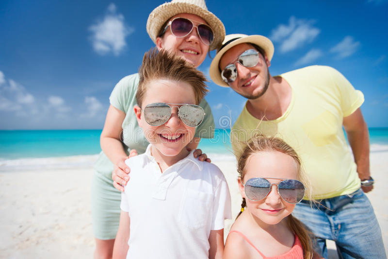 Rodzina na tropikalnym plaża wakacje fotografia royalty free