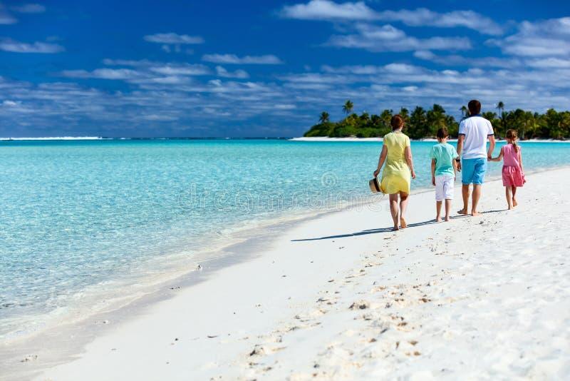 Rodzina na tropikalnym plaża wakacje obrazy royalty free