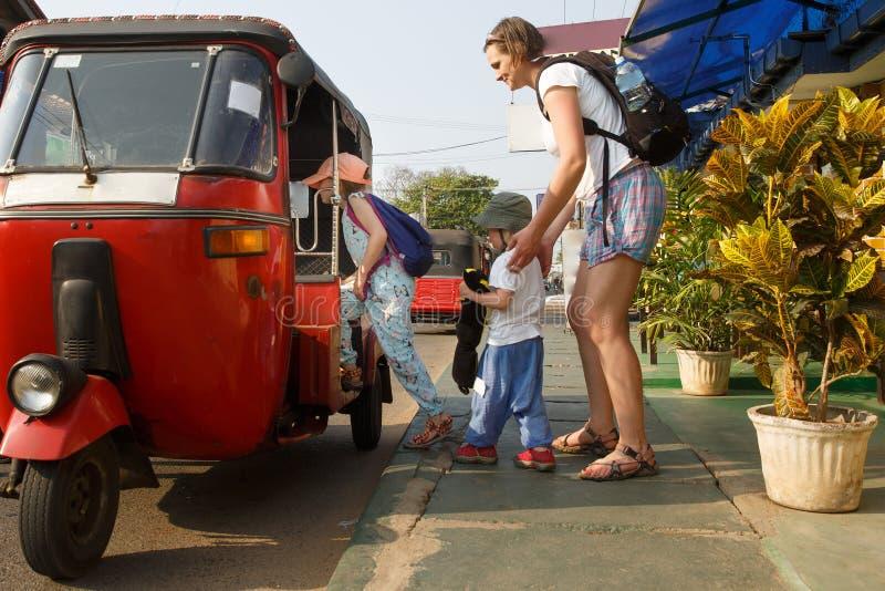 Rodzina na wakacje, matka i dzieciaki dostaje w tuk-tuk, mieć zabawę obraz stock