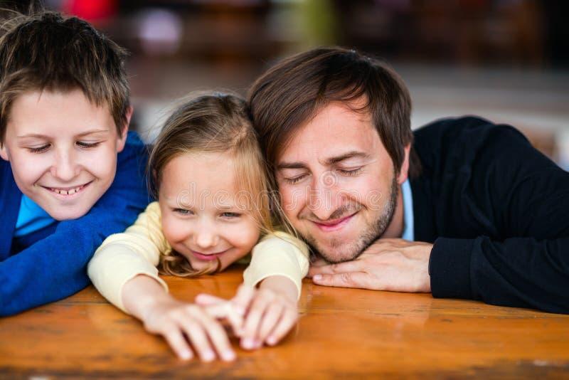 rodzina na zewnątrz zdjęcie royalty free