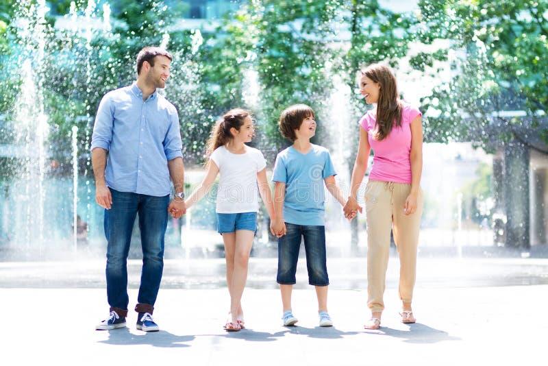 rodzina na zewnątrz zdjęcia stock