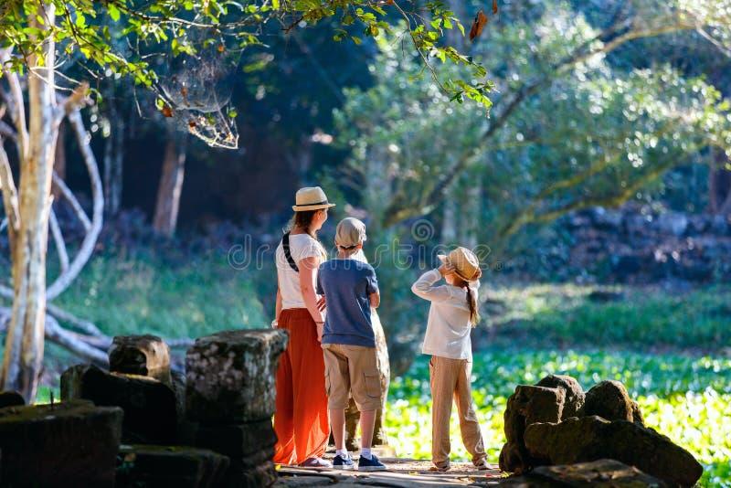 rodzina na zewnątrz fotografia stock