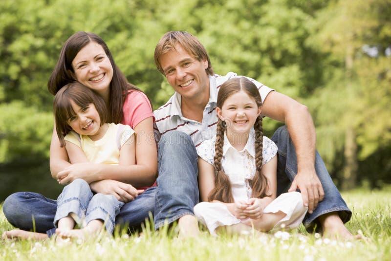 rodzina na zewnątrz uśmiecha się obrazy royalty free