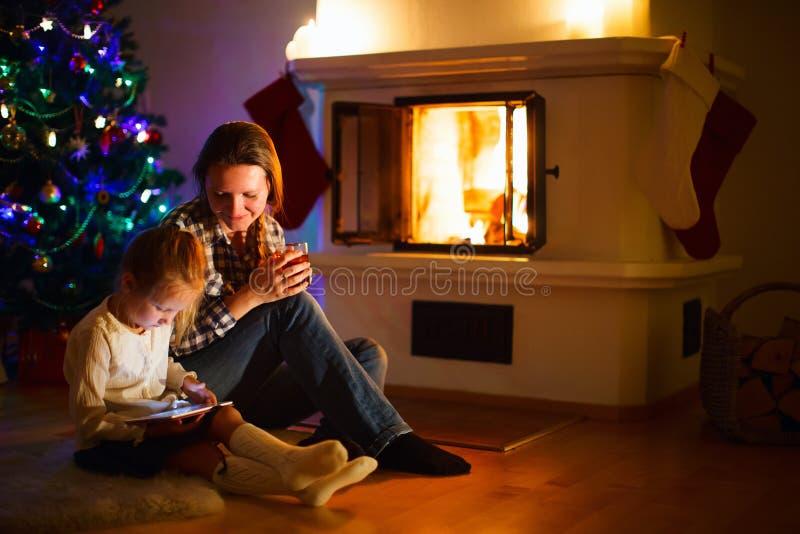 Rodzina na zimie w domu zdjęcie stock