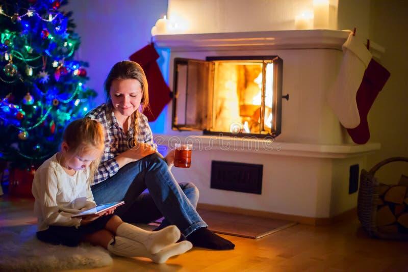 Rodzina na zimie w domu zdjęcie royalty free