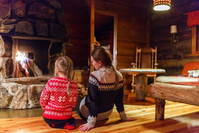 Rodzina na zimie w domu zdjęcia stock