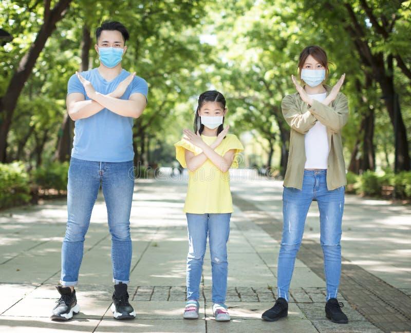 Rodzina nie pokazująca gestu migowego i noszenie maski podczas awaryjnego działania koronawirusa obraz royalty free