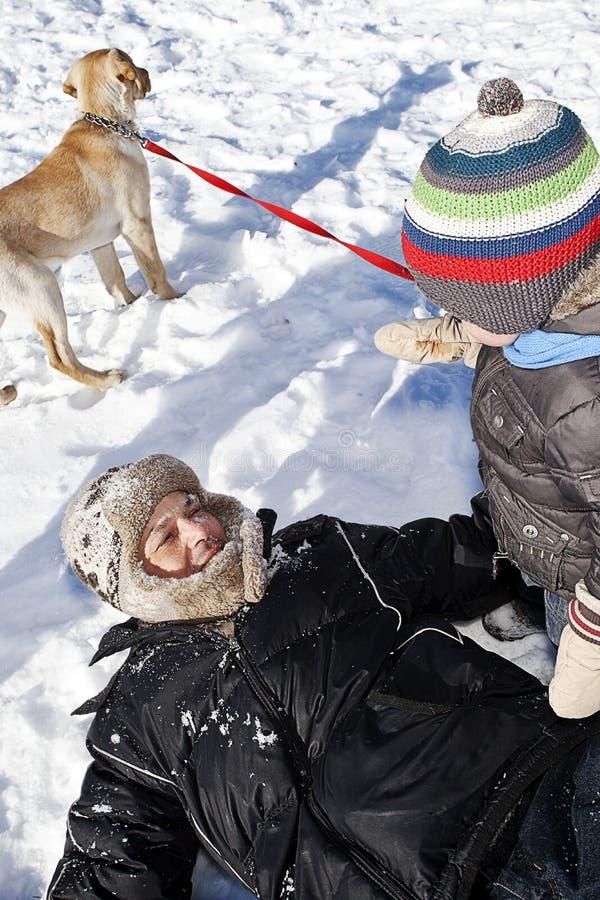 rodzina odgrywa śnieg obraz stock