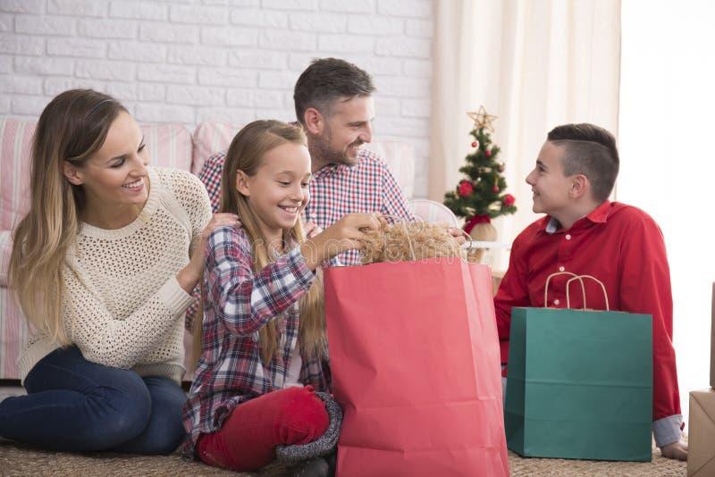 Rodzina odpakowywa prezenty zdjęcie stock