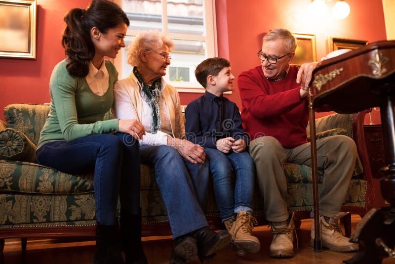 Rodzina odwiedza dziadków, urocza szczęśliwa uśmiechnięta duża rodzina zdjęcia royalty free
