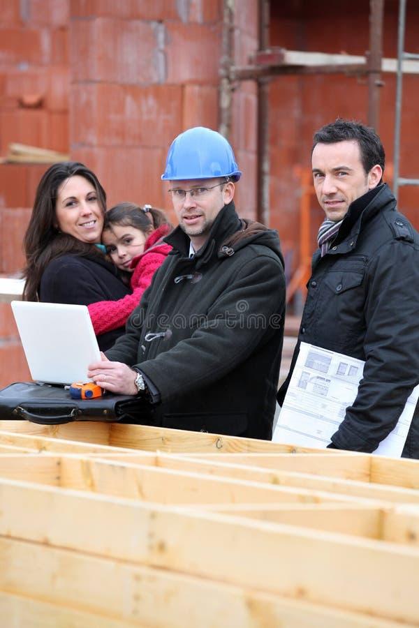 Rodzina odwiedza unbuilt dom zdjęcie royalty free