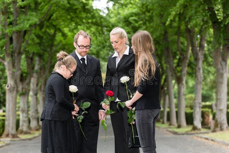 Rodzina opłakuje na pogrzebie przy cmentarzem obrazy stock