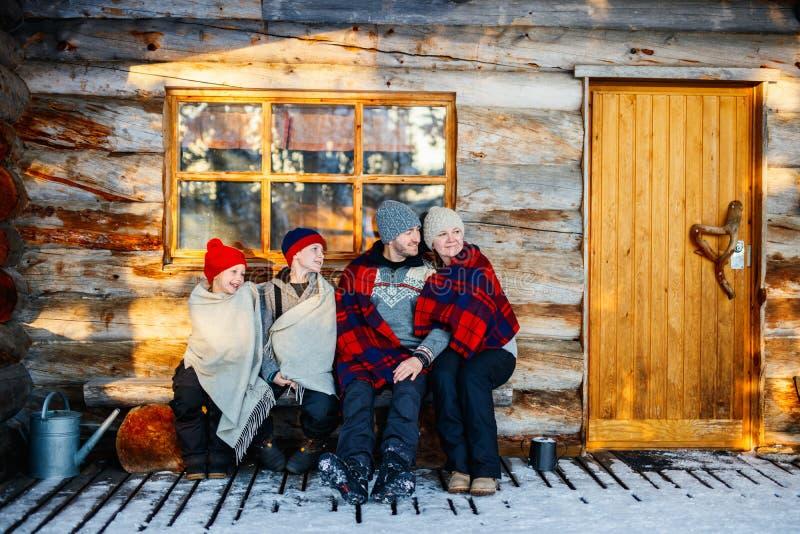 Rodzina outdoors na zimie zdjęcie stock