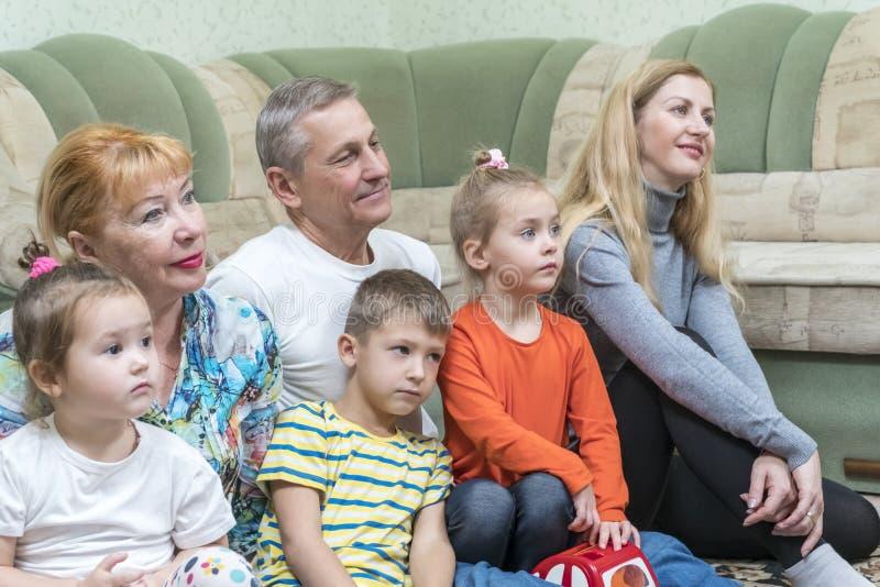 rodzina patrzy telewizyjnych obraz royalty free
