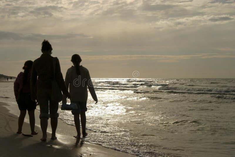 rodzina plażowy walk zdjęcie stock