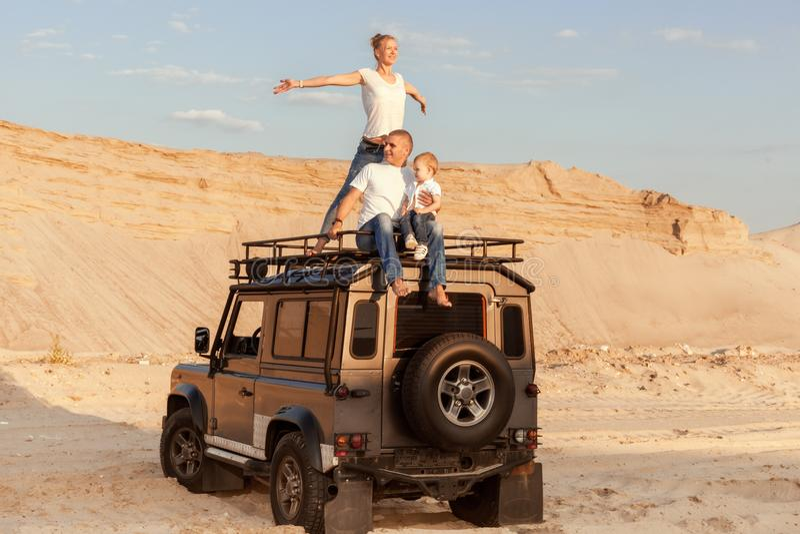 Rodzina podróżuje przez pustyni obrazy royalty free