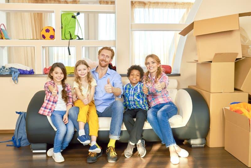 Rodzina pokazuje aprobaty indoors obraz royalty free