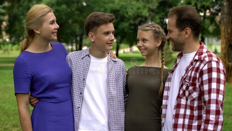 Rodzina pozuje na kamerze, wydaje czas wpólnie, ogólnospołeczny ubezpieczenie, stabilność obraz royalty free