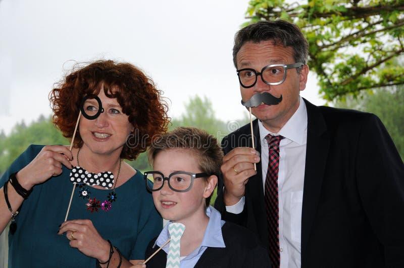 Rodzina pozuje przed fotografii budka fotografia stock