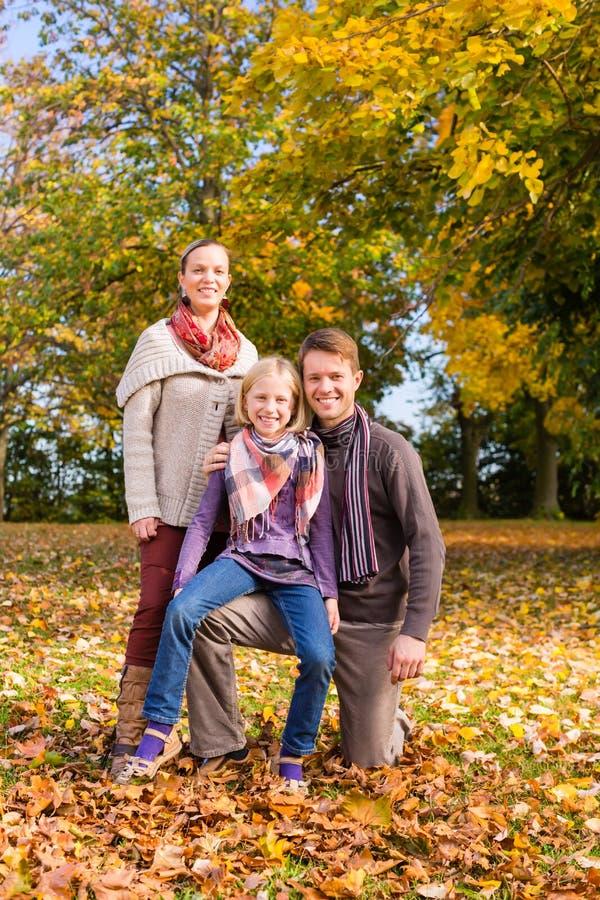 Rodzina przed kolorowymi drzewami w jesieni lub spadku obrazy stock