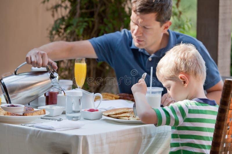 Rodzina przy śniadaniem fotografia stock