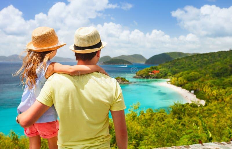 Rodzina przy bagażnik zatoką na St John wyspie zdjęcie royalty free